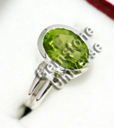 Peridot of 2.45 carats. Origin Pakistan. Gemstoneuniverse.com