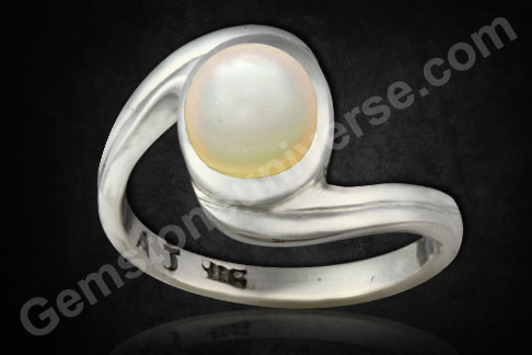 Pearl of 2.21 carats set in silver Ring Gemstoneuniverse.com