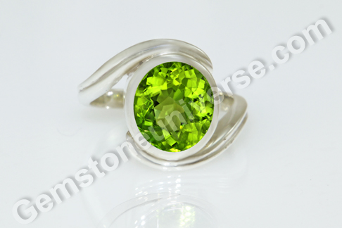 Natural Pakistan Peridot of 4.37 carats Gemstoneuniverse.com