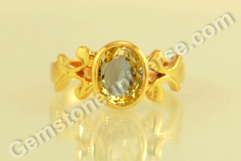 Natural Yellow Sapphire of 2.60 carats Gemstoneuniverse.com