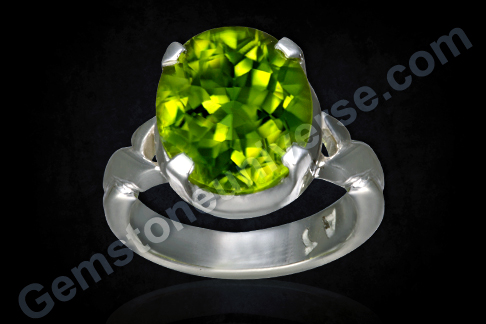Natural Peridot of 4.00 carats Gemstoneuniverse